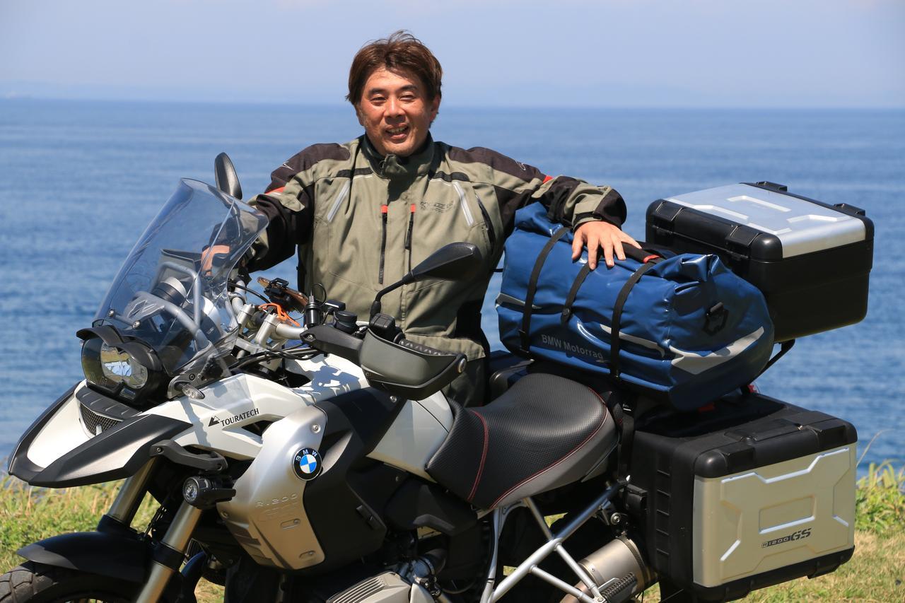 画像: 松本先輩は、愛車がBMW「R 1200 GS」でサイドパニアもトップケースも装備し、さらにシートバッグまで装着しているので、ペグが大きなものでも問題なし!