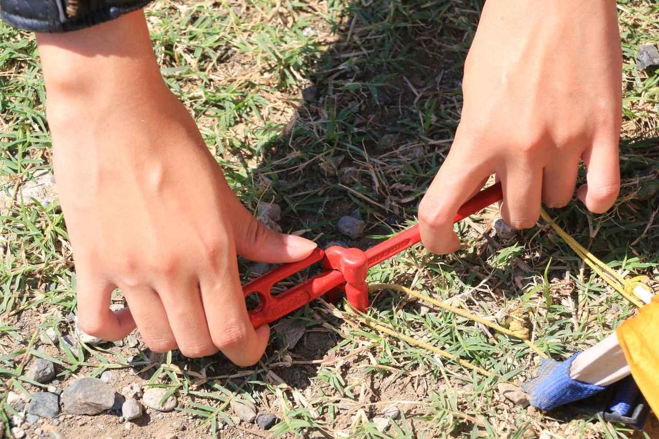 画像: エリッゼステークの場合、エリッゼステークを通せる穴がヘッドに空いています。T型レンチのようにして、くるくる回す。すると 楕円になっているため、穴が広がる! あとはスポッと抜けます。