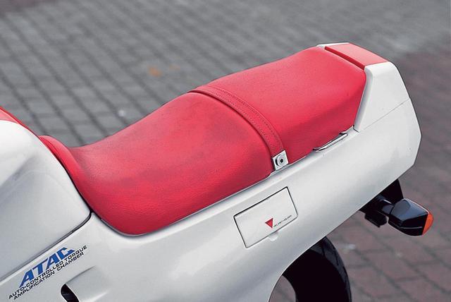 画像: シートは標準的なダブルで、パッセンジャー用は充分な広さを確保。シートカウル左側面にある小さなフタの内部にはヘルメットホルダーが隠されている。燃料タンク下側からテールライト側面までを一体化、滑らかなラインを実現。