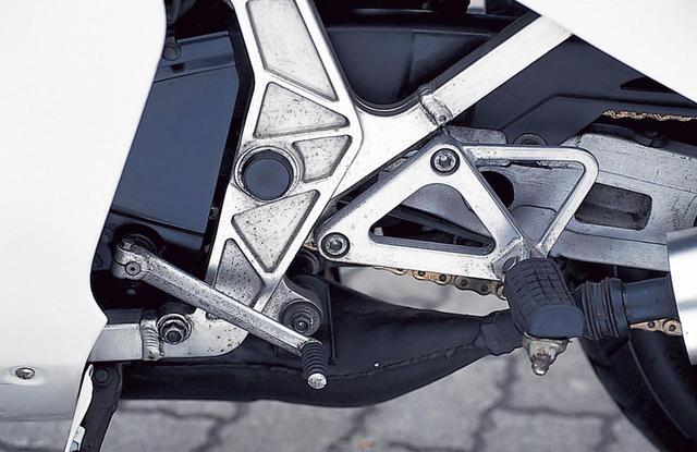 画像: チェンジペダルはエンジン側に直接装着される。ペダルは左右とも軽量なアルミ製。
