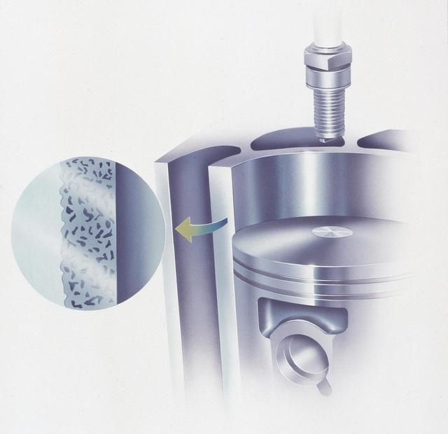 画像: シリンダーはNS500と同様にNS(ニッケル/シリコン・カーバイド)メッキを施すことで、鋳鉄スリーブを廃止。放熱性を向上、重量の削減に貢献する。