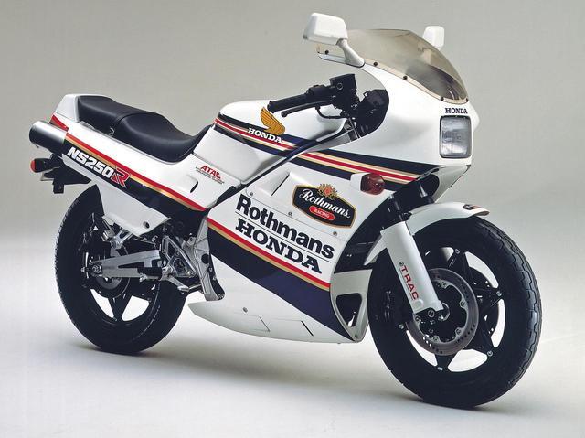 """画像: NS250RとNS250Fは1984年5月25日に発売されたが、1986年1月22日には写真の""""1985チャンピオン・カラー仕様""""が登場。フレディ・スペンサーが1985年世界GPで250/500㏄のダブルタイトルを獲得したのを記念したもので、ボディパーツをロスマンズカラーとしている。カラーリング以外に変更はなく、4000台限定にて販売、価格は+1万円の54万9000円とされた。"""