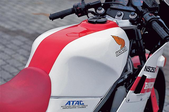 画像: 燃料タンクはRとFでデザインは共通、19ℓとやや多めの容量も同じ。タンクキャップを受ける部分を少し盛り上げた造形が特徴的だ。