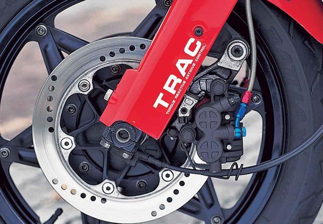 画像: フロントブレーキは、φ256㎜ソリッドディスク+ピンスライド片押し式2ピストンキャリパーの構成で、ブレーキをかけた際のキャリパーのわずかな動きを利用してフロントフォーク下端部のバルブを作動させ、フロントの過大な沈み込みを抑制するブレーキトルク応答型アンチダイブ機構、TRACを装備する。