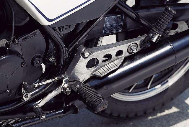 画像: 左右ペダルはスチール製で、ブレーキ側の踏部の大きさが時代を感じさせる。始動用キックアームを踏み込む場合は、右側のステップバーを折りたたんでから行う。