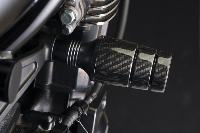 画像: 大人気のカーボンコンポジット仕様は2万5000円(Z900RS/CAFE用)。ほかに乳白色ジュラコン+シルバーのマウント仕様(1万3000円)と、ブラックジュラコン+ブラックのマウント仕様(1万5000円)もラインアップされている。