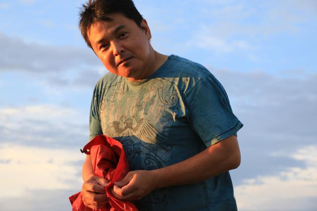 画像: 長年使っていたインフレータブルマットがパンクしてしまい、悲しい夕暮れを迎えた野里さん。