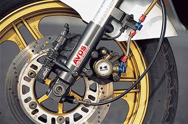 画像: ブレーキキャリパーは前後とも片押し式シングルピストンで、ディスクの有効径はフロントが232㎜、リアが206㎜と異なる。φ35㎜正立式フロントフォークは、減衰力を3段階に切り替えられるアンチノーズダイブ機構AVDSを装備する。