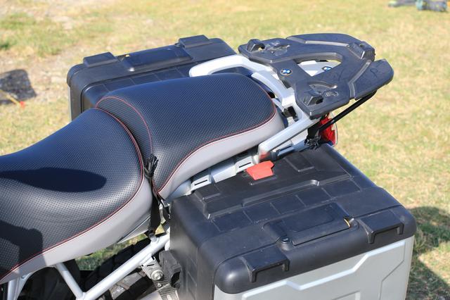 画像: ただ、さすがBMW純正。リアシートとパニアケースの位置関係や形状が完璧ですね。リアシートに乗せるバッグは、かなり大きなものでも安心して積めるでしょう。パニアケースは外せばテーブルとしても使えます!