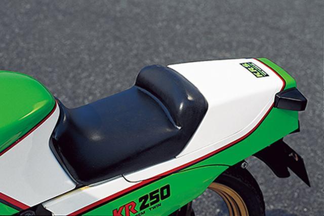 画像: シングルシートカバーはパッセンジャー用シートを外して取り付ける構造で、当時の価格は8000円だった。リアウィンカーはシートカウル側面の高い位置に固定される。