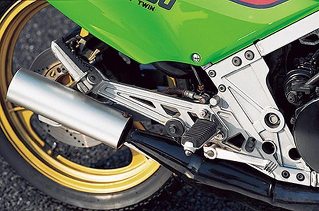 画像: 排気系は車体右側に配置されており、リアシリンダーからのチャンバーは高位を通過し、サイレンサーはサイドカバー後部から顔を出す。