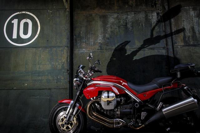 画像: モトグッツィ GRISO(2007)「倉庫扉の前に佇むイタリアの獣」新連載【カメラマン 柴田直行/俺の写真で振り返る平成の名車】 - webオートバイ