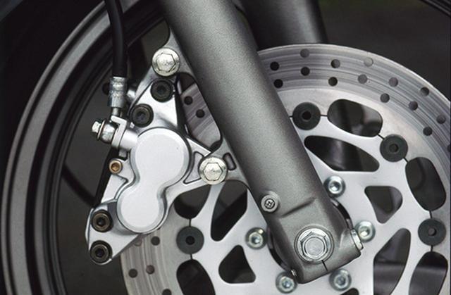 画像: フロントブレーキは、φ282㎜フローティングディスクと対向式異型4ピストンキャリパーをダブルで組み合わせており、諸元上は同年式のTZR250と共通だ。正立式フロントフォークはφ38㎜のインナーチューブを使用、プリロードのみ調整できる。