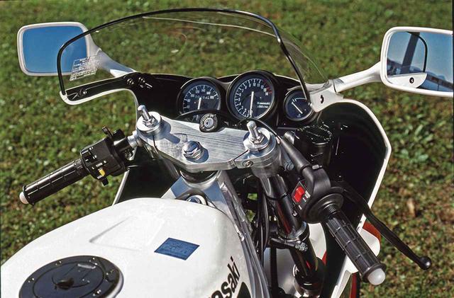 画像: メーターは、左から速度、回転、水温の3連式で、右下に各種警告灯を並べる。アルミ製セパレートハンドルを三ツ叉の下に固定。