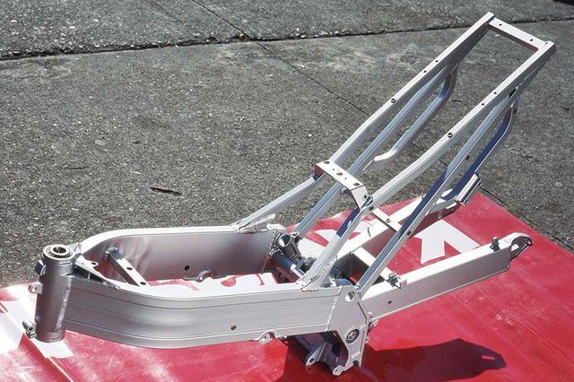 画像: e-BOXと命名されたアルミツインスパーフレームは、ヘッドパイプとピボットプレートが鋳造製、左右レールに120×30㎜の角断面押し出し材を使用。スイングアームの左右レールも押し出し材で、サイズは80×35㎜だ。