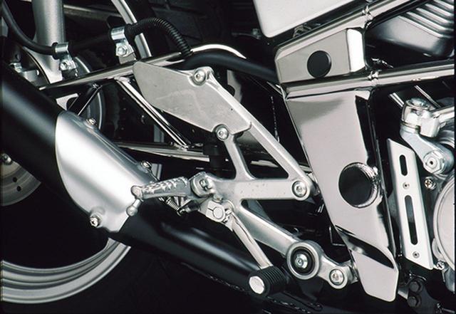 画像: ステップやステップホルダー、ペダル類もアルミ製を採用。