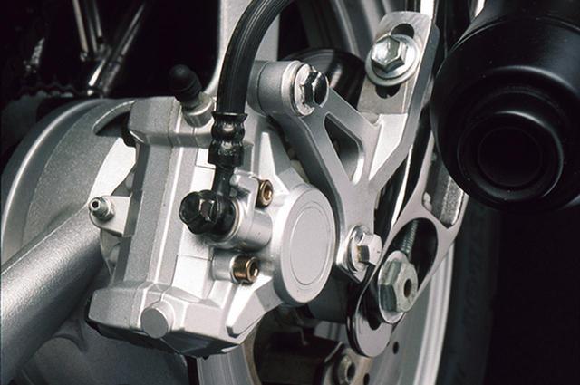 画像: リアブレーキは対向2ピストンキャリパーを備えるが、ディスクは小径のφ210㎜だ。