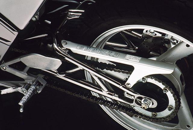 画像: スイングアームもフレームと同じくスチールパイプ製のトラス構造で、ボトムリンク式のモノショックによって支えている。