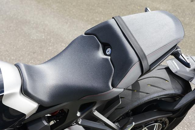 画像: 前端を狭く絞ったフラットな形状のライダー側シート。タンデムシートはコンパクトなテールに合わせたシャープな形状で軽快さを感じさせる。