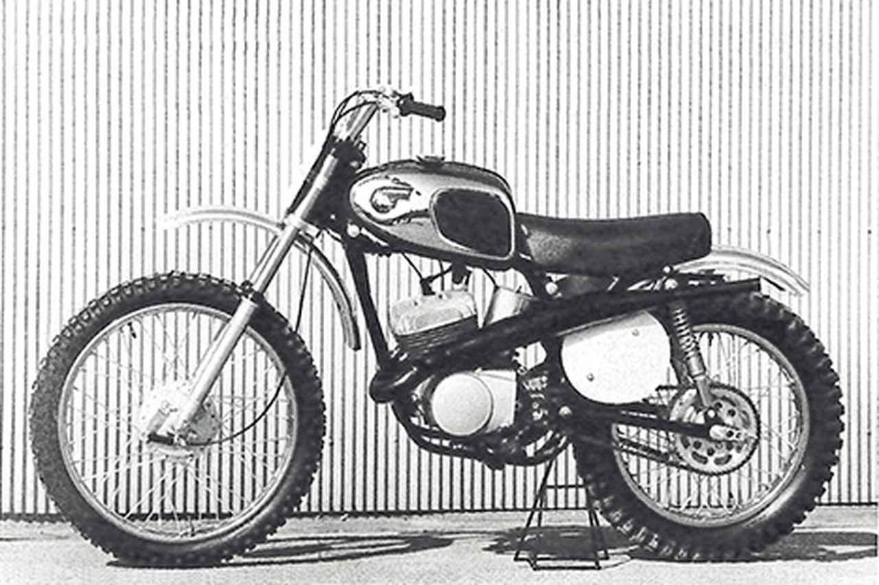 画像: 1967 F21M 常勝ファクトリーマシーンのノウハウを取り入れて開発された国産初の250㏄市販モトクロッサー。エンジンは、輸出専用だった175㏄モトクロッサー用の空冷ロータリーディスクバルブ単気筒を238.6㏄に拡大したもので、専用フレームに搭載。明石の工場内で撮影されたと思われる最初期型はビジネスバイク90G1のメッキカバー付き燃料タンクを装着していたが、すぐに輸出車の175F3のタンクを赤く塗装したものに換えられた。