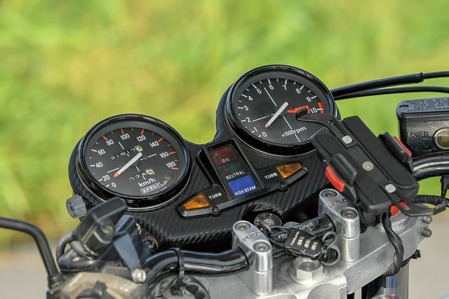 画像: メーターはケースがCB-Fのノーマル(ちなみにスーパーバイクも同じ)でメーターパネルをカーボン化。ハンドルも#19車同様にバータイプに置換されている。