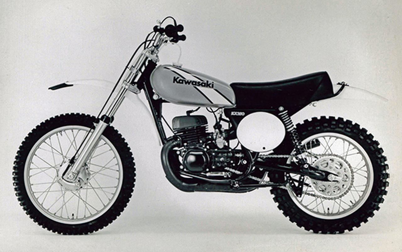 画像: 1974 250MX ワークスモトクロッサーKX250のレプリカで、ピストンバルブ単気筒を搭載。1973年に登場した初代モデルは、ライムグリーンの燃料タンクにKawasakiのロゴが入るだけというシンプルなものだったが、写真の1974年型から斜めに白いストライプが入るようになった。なお、250MXの車名は1972年から販売されているヤマハの市販モトクロッサーMX250と紛らわしかったためか、1975年からワークスレーサーと同じKX250に改名した。