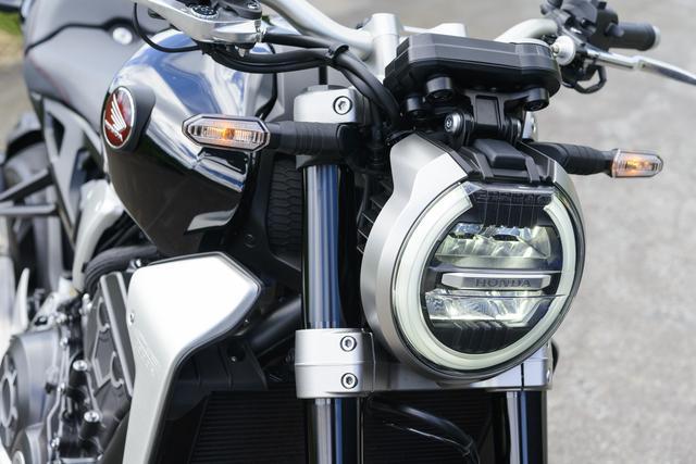 画像: 薄型LEDを使用、エクリプスシェイプのライトガイドを配したヘッドライト。ライトをフロントフォーク間に埋め込んでマスの集中化も追求。