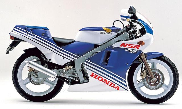 画像: 1987 NSR250R(MC16) 1987年3月28日には特別仕様を追加。日本選手権を走ったワークスレーサーのスポンサーカラーに通じる配色としており、塗色名はテラブルー×ロスホワイト。一見では、既存の赤×白をベースに赤の部分を青に変えただけに思えるが、アッパーカウルとガソリンタンクは赤を白、白を青としており、ヘッドライト両脇から後方に向かう部分の塗り分けパターンも改めている。ロゴの配置は同じだが一部の色調を変更。塗色名にあるテラ=TERRAは、ワークスチームのスポンサー、味の素がかつて販売していたアミノ酸スポーツドリンクの名称で、缶の色がまさにこのブルーだった。車両価格は55万9000円から変更なし。