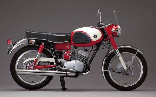 画像: YDS-2 1962〜1964 写真のレッド/ホワイトのカラーリングは、ヤマハカラーを象徴したオリジナルで、レッド部分は本来は本来の日本向けではメタリックブルーかグリーンが出回っており、少数だが、ブラックもあった。