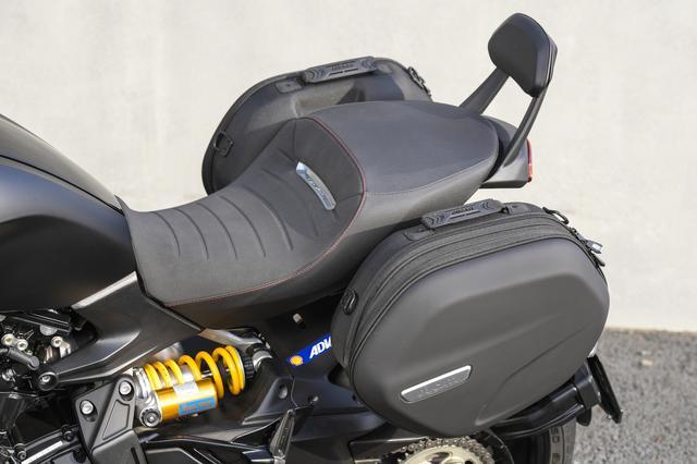 画像: セミハードダブルサイドバッグは、ちょっとしたツーリングには十分な容量。車体からの脱着も容易で持ち運びに使いやすいグリップも備えるなどの使い勝手の良さ、そして何よりディアベル1260の個性的スタイルにマッチした洗練されたデザインを備えるのが魅力。