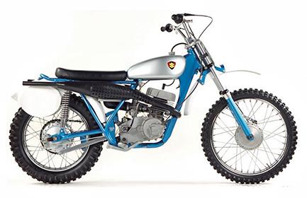 画像: 1968 TM250 1968年型のTM250はスズキ初の市販モトクロッサーだが、ツインポートシリンダー+ツインエグゾーストなどその内容は前年のワークスマシーンRH67(スズキのワークスモトクロッサーは、250㏄はRH、125ccはRA、500㏄はRNと称し、後に年式が付く)とほぼ同じもので、十数台が生産されただけと伝えられている。ブルーのフレームにシルバーのタンクというカラーリングは当時のロードレーサーと同じである。