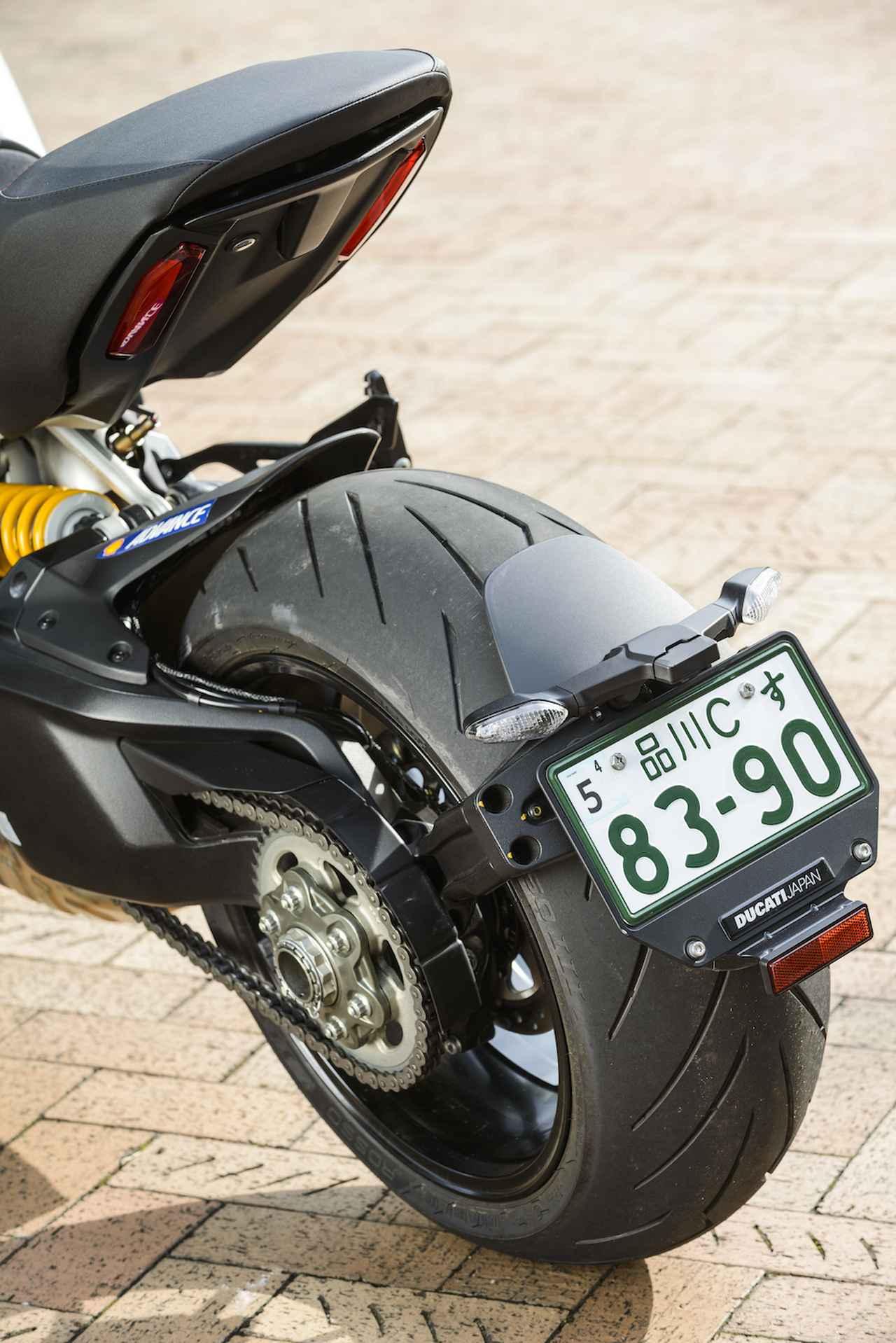 画像: ドゥカティのスーパーバイクシリーズ譲りの、クルーザースタイルの中で異分子のようにレーシーさを感じさせる片持ちスイングアームも従来のディアベル同様。片持ち故にむき出しになった10本スポークホイール、240/45という極太で低扁平率のリアタイヤが、スリムなテールと対照的で強烈な印象を残す。