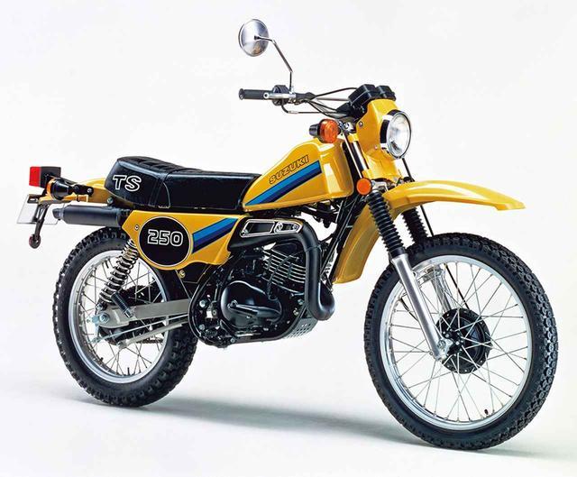 画像: 1981 TS250 1980年型でゼッケンプレートを模したサイドカバーや、上下三ツ叉まで被う形状のヘッドライトケースを用いる。サスペンションのストロークも延長したハスラー250は、車名を型式と同じTS250に変更した写真の1981年型が最終モデルとなった。