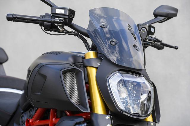 画像: スポーツスモークヘッドライトフェアリングは、特徴的なヘッドライトの上に装着する。小さなサイズながら軽快でスポーティなイメージはそのままだが、確実に防風性能を高めてくれる。