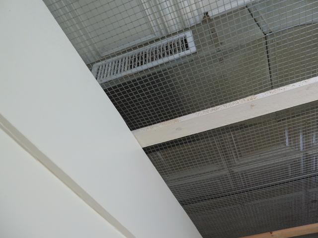 画像: 金網が置かれている分だけ、ネットカフェよりはまし。