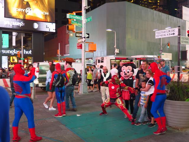 画像: 再訪したタイムズスクエアはスパイダーマンであふれかえっていた。