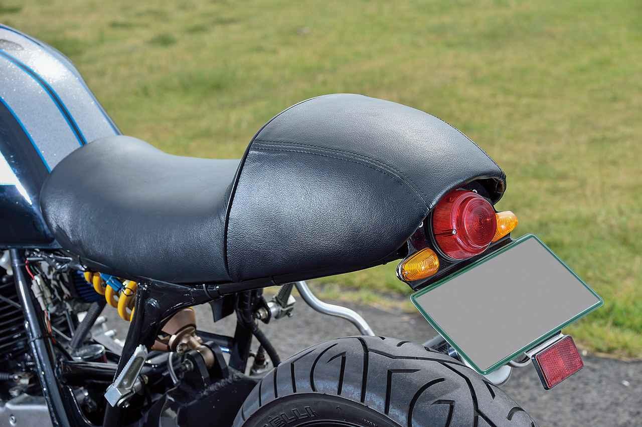 画像: シングルシートタイプとした上でリアシート側をテールカウル/フェンダー一体デザインとしたシートはキヨナガによるワンオフだ。