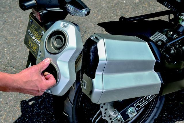 """画像: Ninja H2の特徴のひとつでもある右出しの大きなサイレンサーも再現した上で、この""""h2""""では小物入れとして活用。テールエンドがフタになっていて、500mlペットボトル2本は入る容量だ。本当の排気系はステップ下あたりにあり、エキゾーストの出口が見える。"""