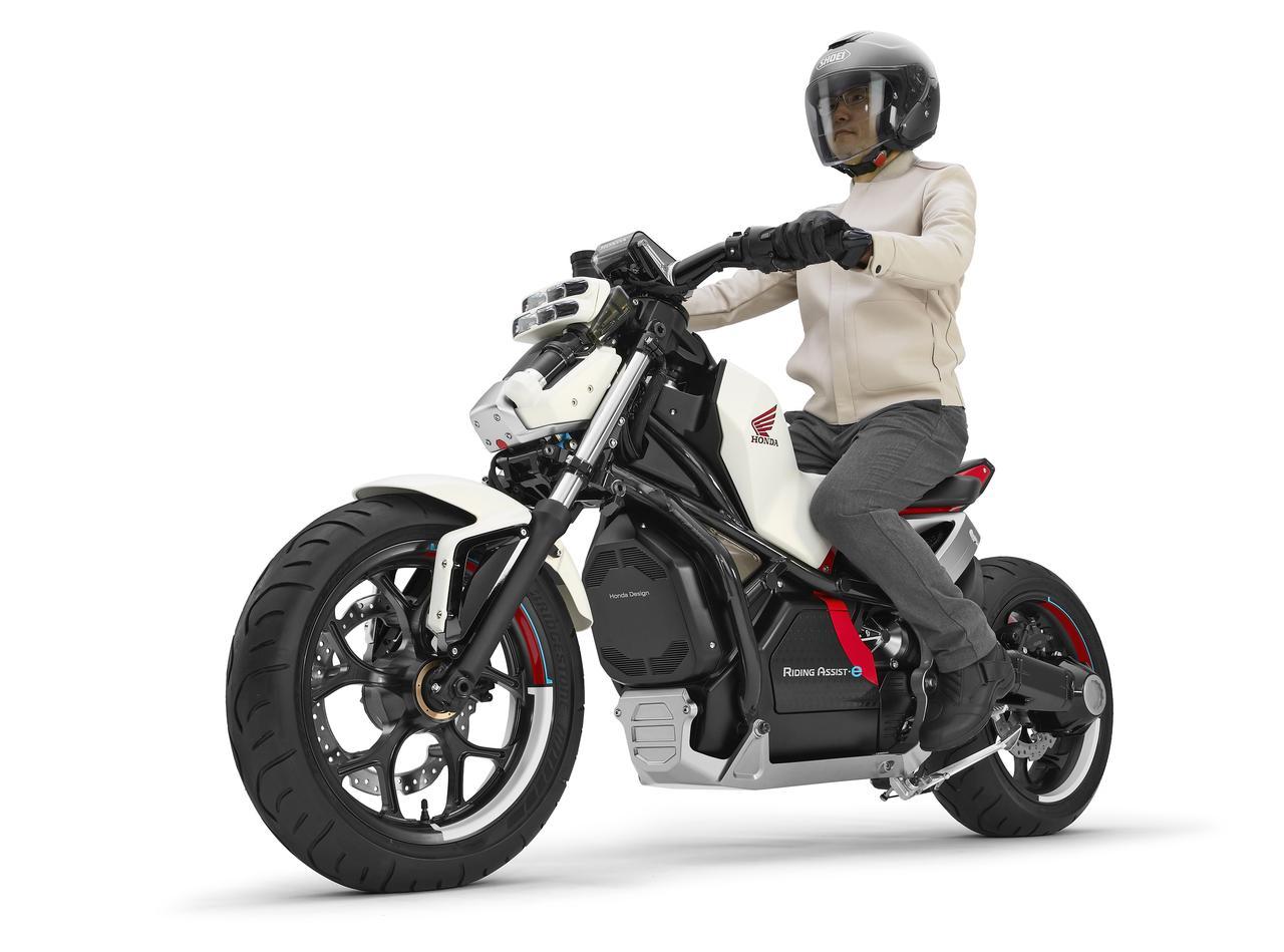 画像: 前回の2017年、ホンダは「Honda Riding Assist-e」を発表して話題に。ロボティクス研究で培った独自のバランス制御技術を組み込み、停車時に自立するという画期的なバイクを提案しました。