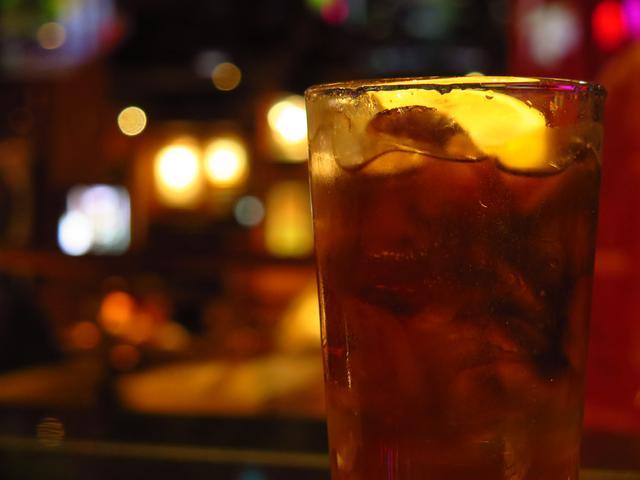 画像: タイムズスクエアのハードロックカフェで飲んだロングアイランドアイスティー。ニューヨークで生まれたカクテルだ。