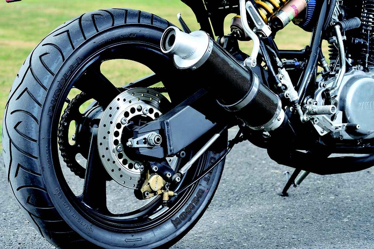 画像: 足まわりもキヨナガ製シングルレーサー譲りの作りを受け継ぐ。サイレンサーはカーボンシェル、マフラーステーなどもキヨナガ製だ。