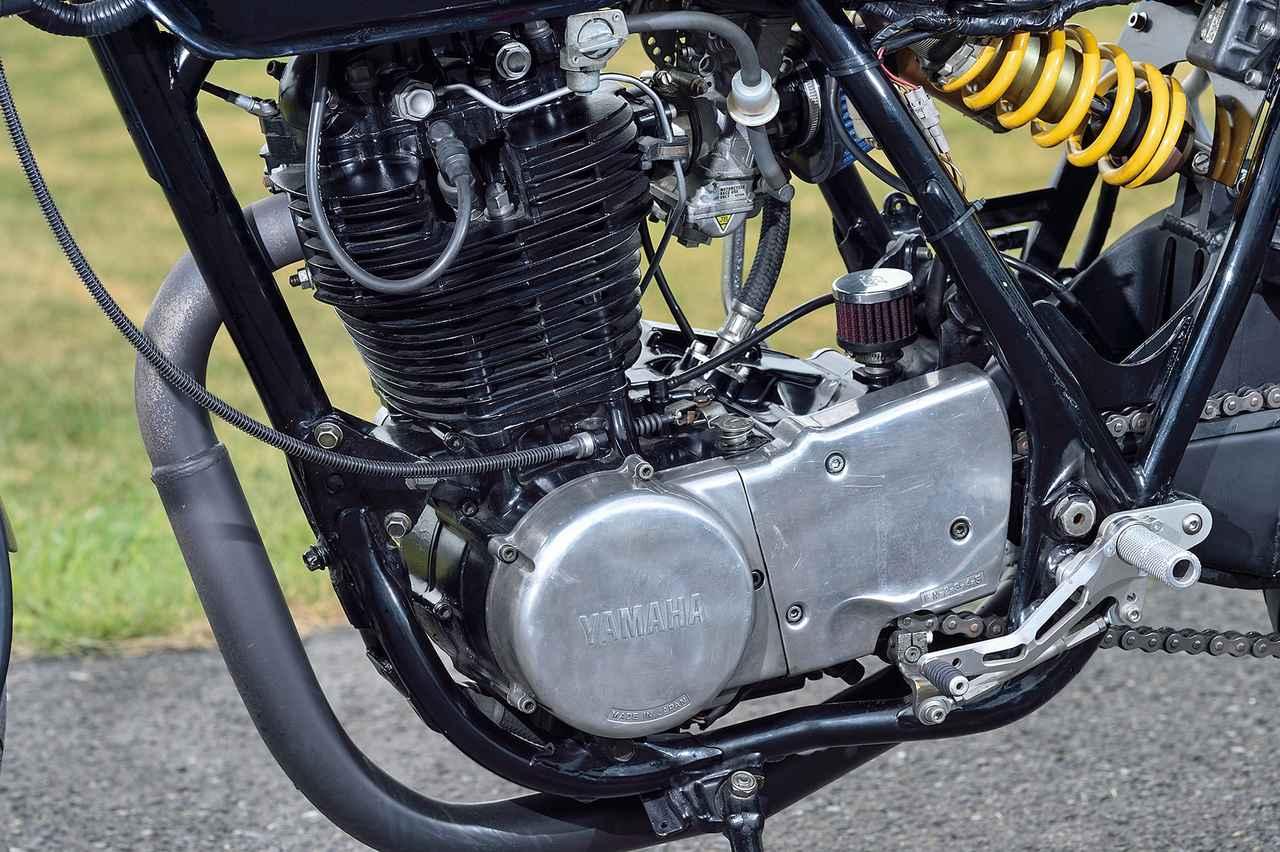 画像: エンジンはワイセコ製φ89mmピストンで399→418ccに拡大、吸排気はFCRφ37mmキャブレター+キヨナガオリジナルマフラーをセットする。