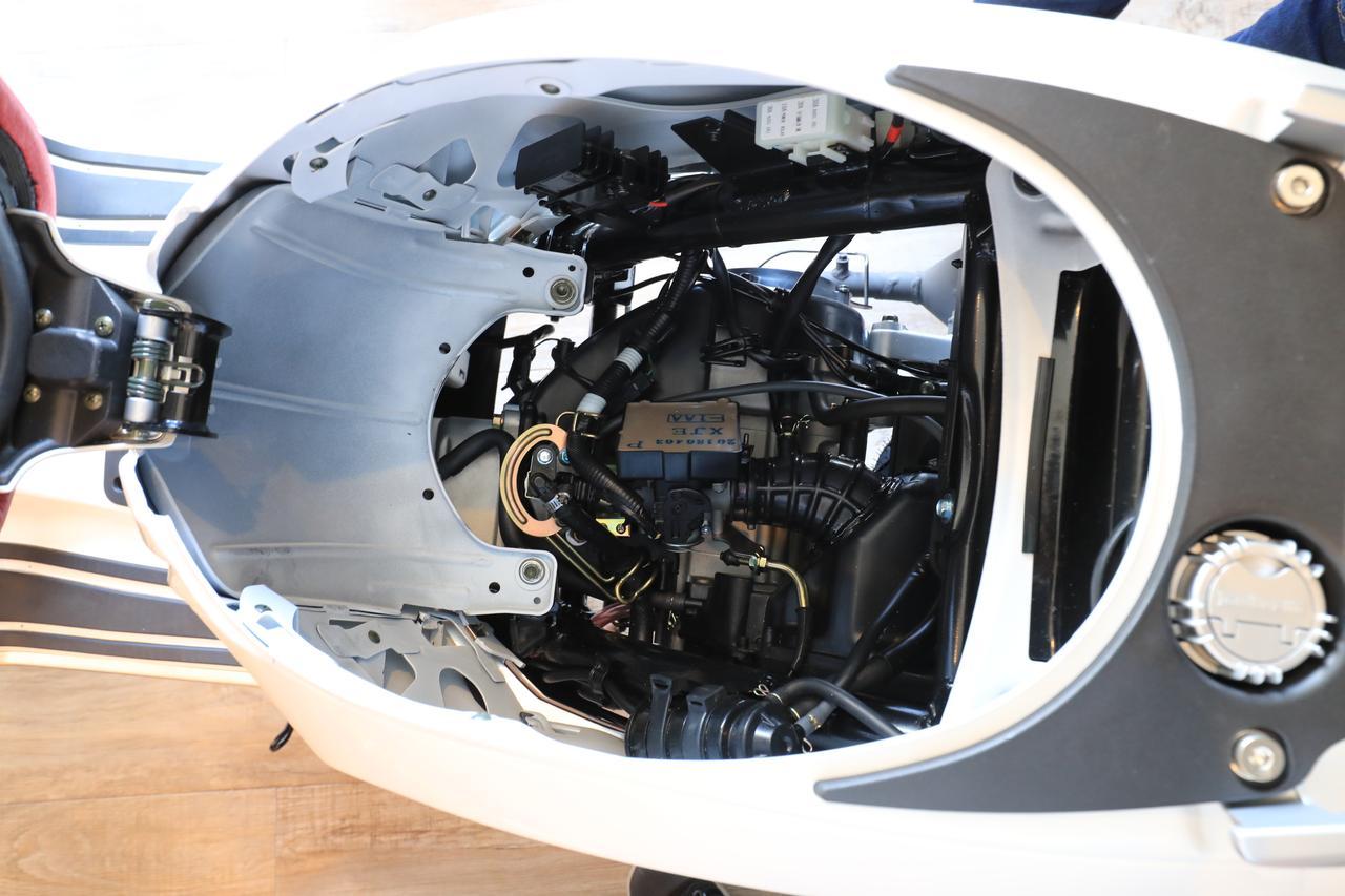 画像: シート下のスペースのバスケットを外すと、エンジン上面にインジェクションや電装関連の手入れが可能となる。