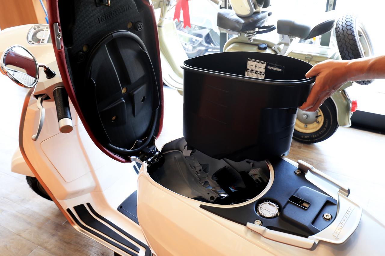 画像: シート下スペースにはフルフェイスヘルメットも収納可能。工具いらずでそのままバスケットを抜き取れるのだ。