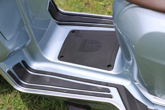 画像: 広々としたフットボードにはグリップラバーが配される。後端に伸びるフットボードはタンデムライダー用となる。