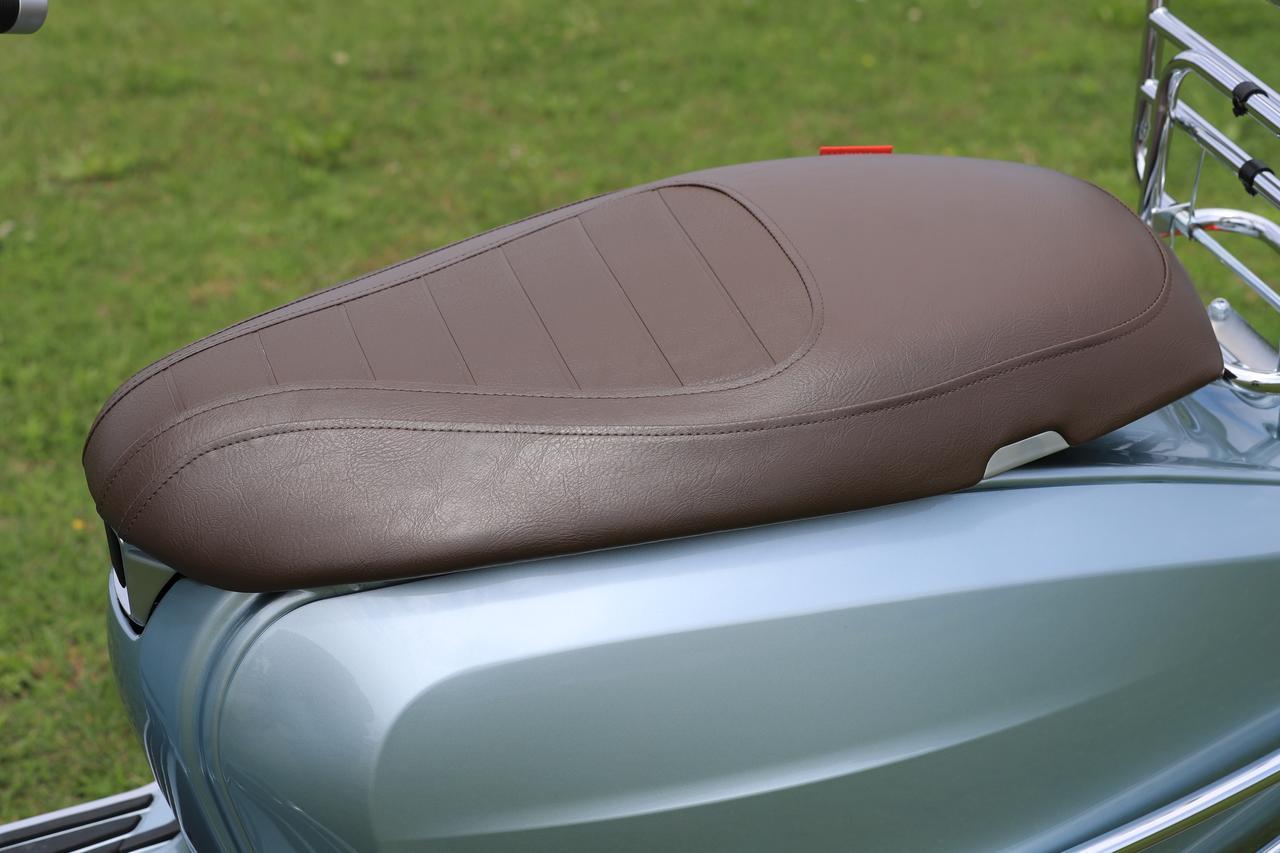 画像: スッキリと薄いシートは必要にして充分なクッション性を持つ。シートオープンはメインキーに一括操作可能。