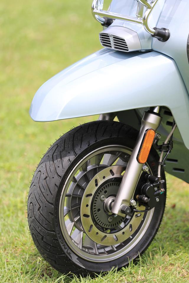 画像: フロントブレーキにはV200スペシャルのみABSを装備。ホイールデザインはドラムブレーキを彷彿させるクラシカルなものとなる。