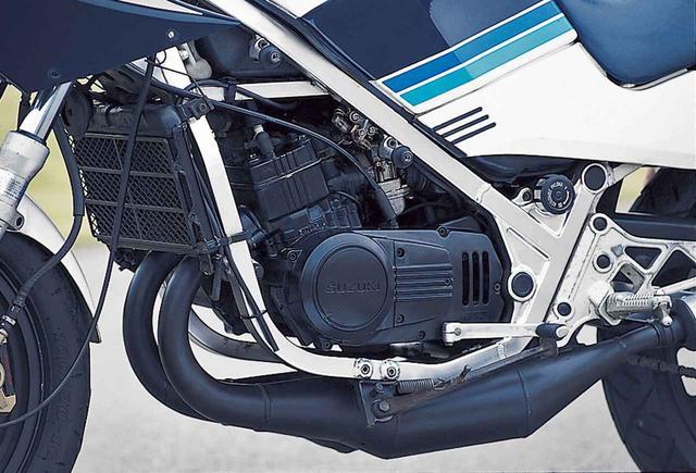 画像: エンジンは2サイクルパワーリードバルブ並列2気筒で、54×54㎜のボア×ストロークから247.3㏄を得るのはRG250/同Eと同じだが、冷却方式を空冷→水冷に変更、軽量かつハイパワーを求めて設計を大幅に変更。クーラントとミッションオイルを含む状態での単体重量は競合車より約3~8㎏軽量な34㎏に抑えられる。エンジン性能は、45ps/8500rpm、3.8㎏-m/8000rpmを公称。クラス最強の高性能を誇った。
