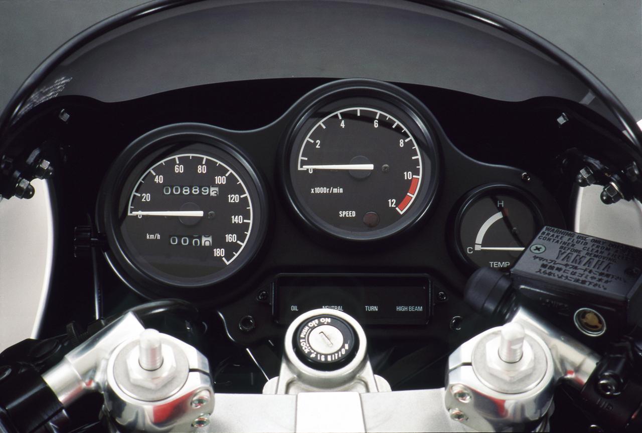 画像: 1KTと同様な3連式メーターを装備するが、中央に置かれるタコメーターは文字盤が白から黒に変更された。