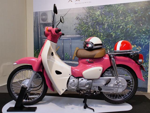画像: ピンクのボディカラーだけでなく、ヘルメットも劇中の夏美と帆高のものを再現。
